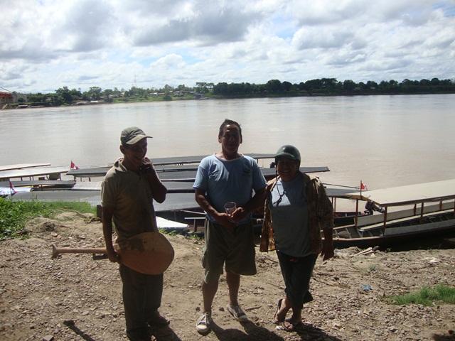 Familia recolectora en el puerto de la ciudad de Puerto Maldonado